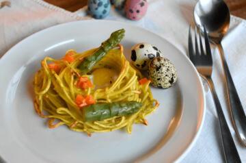 Nidi di tagliolini con asparagi e uova di quaglia