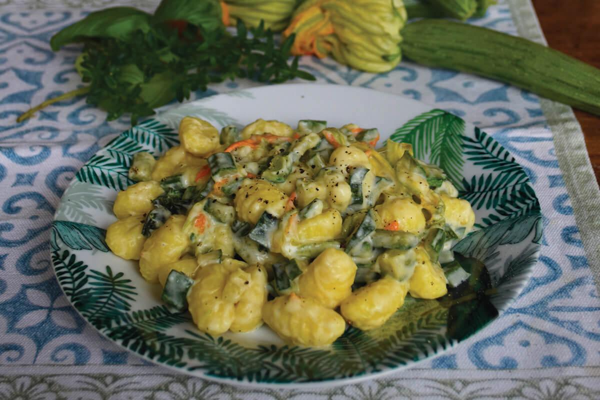 Gnocchi freschi con robiola, zucchine e fiori di zucca