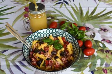Insalata di pasta mediterranea con campanelle