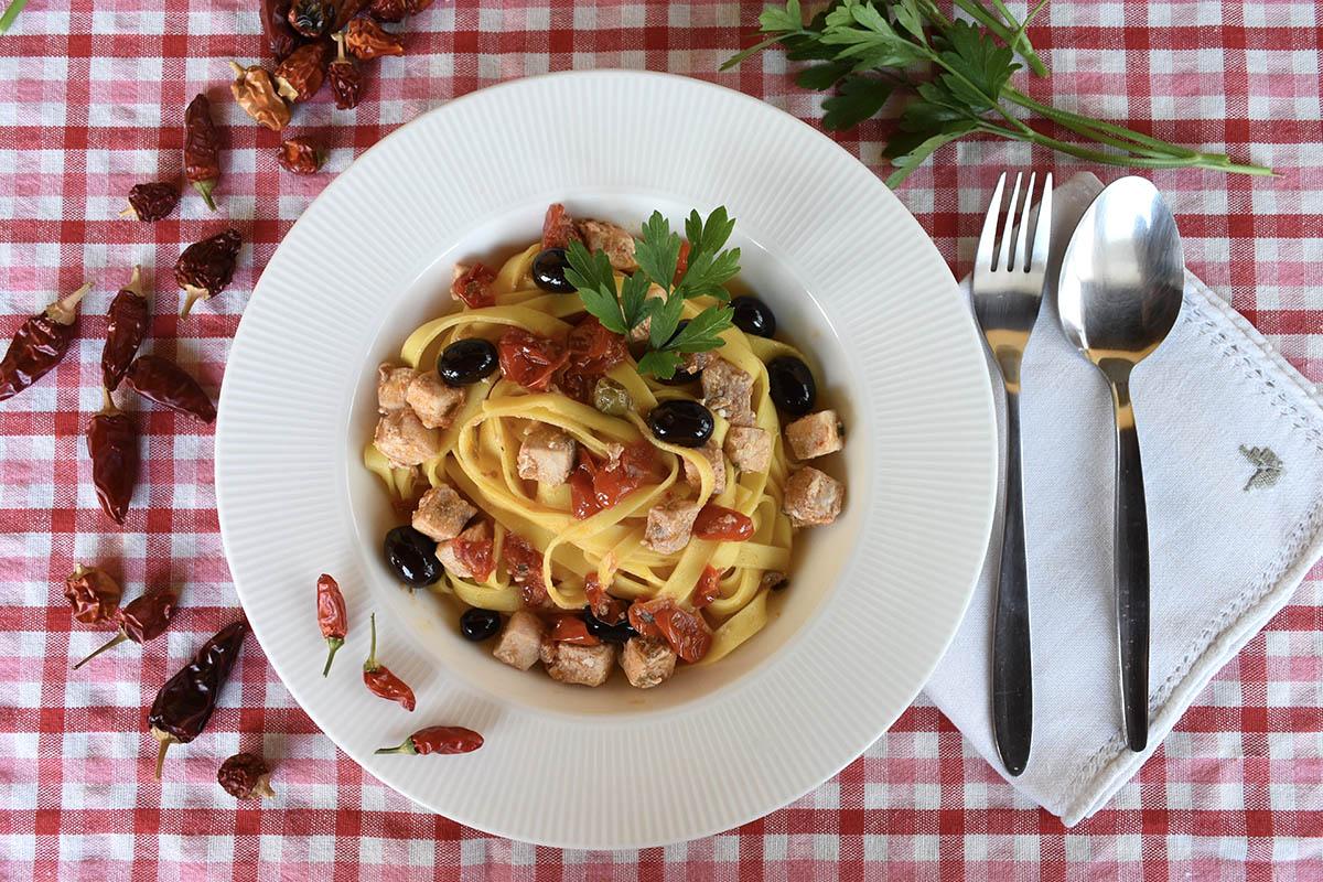 Tagliatelle con pesce spada, olive taggiasche e pomodorini